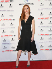 Sarah Rafferty looked simply lovely at the LA Art Show opening in a V-neck, fit-and-flare LBD with cap sleeves and a high-low hem.