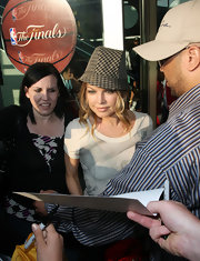 Fergie highlights her pretty face with this houndstooth fedora and soft, blonde curls.
