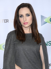 Zoe Lister Jones wore a casual yet elegant loose side-parted style at the premiere of 'Consumed.'