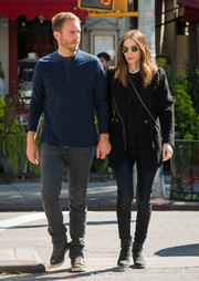 Rooney Mara completed her all-black outfit with a pair of skinny jeans.