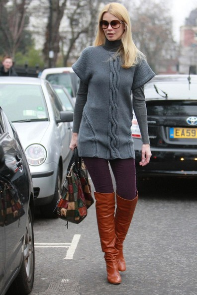 Claudia's street wear is always top notch. Here the model layers a long cable sweater over a turtleneck and leggings.