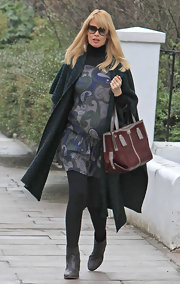 The very pregnant Claudia Schiffer showed off her baby bump while dropping her kids off at school. Even while pregnant she maintains her fashionable edge with a leather maroon tote.