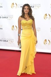 Eva la Rue was a knockout at the Monaco Television Festival in a bright yellow strapless dress with a sweetheart neckline and a ruffled skirt.
