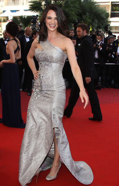 Asia Argento flaunted a gorgeous Armani Prive one-shoulder gown with a sculpted trail.