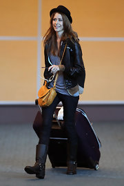 What goes better with a leather jacket, than a hot pair of motorcycle boots? Amanda made her way through LAX in a stompin' pair of silver hardware-embellished, black leather boots.