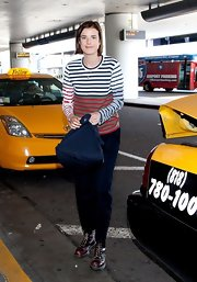 Agyness Deyn kept her travel look very classic with this red and white striped t-shirt.