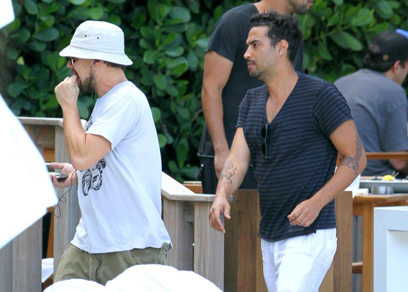 More Pics of Leonardo DiCaprio Bucket Hat (1 of 24) - Leonardo DiCaprio Lookbook - StyleBistro