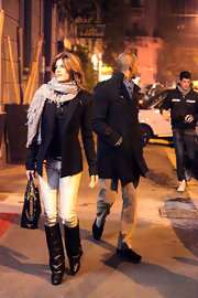 Elisabetta bundled up in a thick scarf and blazer while out to dinner with Mehcad Brooks.