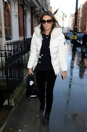 Elizabeth Hurley's black skinny pants elongated her slender frame.