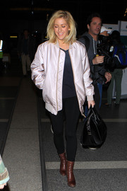 Ellie Goulding opted for a pair of black leggings and a navy tee for her travel look.
