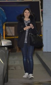 Emma Willis chose a black down jacket with a fur-trimmed coat for her casual and cozy street style.