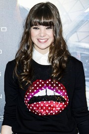 Hailee Steinfeld attended the 'Ender's Game' photocall in Madrid wearing her hair in long curls with youthful bangs.