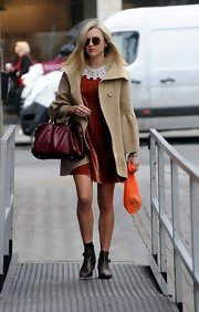 A rich brick-red hue lent understated sophistication to Fearne's leather bag.