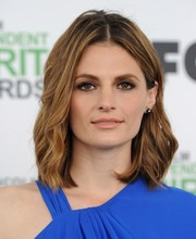 Stana Katic wore her hair in edgy-sexy waves with a center part during the Film Independent Spirit Awards.