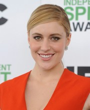 Greta Gerwig styled her hair into a neat and simple side-parted ponytail for the Film Independent Spirit Awards.