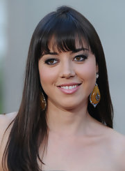 Aubrey Plaza accessorized with an attention-grabbing pair of dangling decorative earrings at the 'Funny People' premiere.