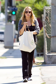Sarah carries her chic shopping bag to the store.
