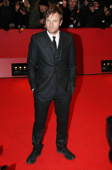 Ewan looked a little disheveled in a dark gray suit. Although he could have used an extra button and a little hairstyling, the actor looked chic and cool.