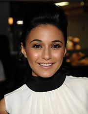 Emmanuelle Chriqui amped up her flawless look with slate gray shadow lined on her upper lids. A bronzed glow completed her effervescent look.