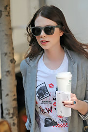 While on the set of gossip girls Michelle toned her sophisticated look down in this casual get up. She also rocked a sweet pair of grey wayfarer shades.