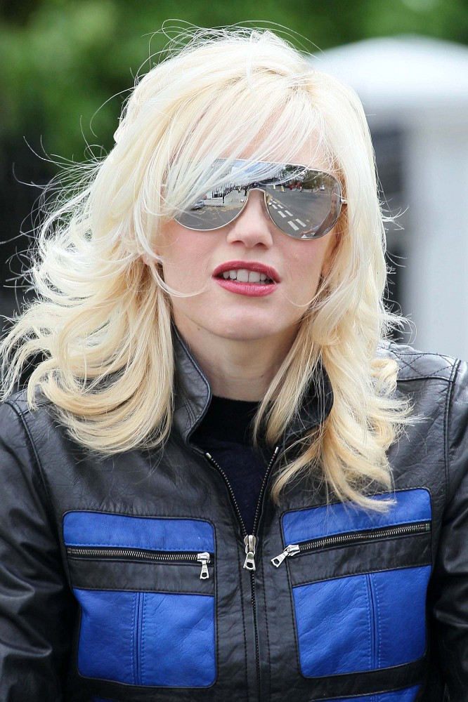 Gwen Stefani Medium Wavy Cut With Bangs Medium Wavy Cut
