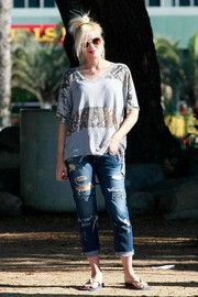Gwen Stefani was a bit on the grungy side in a V-neck tee with snakeskin-print panels, teamed with ripped jeans, while enjoying a day out with her family.
