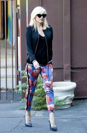 Gwen Stefani added a girly touch to her look with a pair of floral skinny pants.
