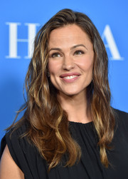 Jennifer Garner rocked messy-chic waves at the HFPA Grants Banquet.