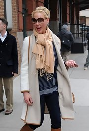 Katherine Heigl wore a cream pashmina with her luxe winter outfit while out to lunch.