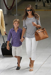 Liz Hurley paired her striped shirt and capri pants with a leather tote bag.