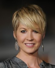 Jenna Elfman wore a pair of dramatic diamond-encrusted earrings at the premiere of 'In Time.'