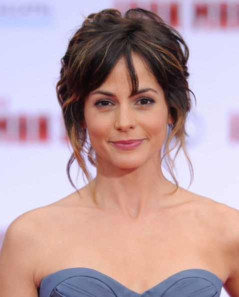 Stephanie Szostak chose a slightly messy 'do with wavy, face-framing pieces for her look at the premiere of 'Iron Man 3.'