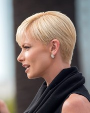 Jaime Pressly worked a stylish short 'do while visiting 'Extra.'