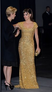 Penelope was drop-dead gorgeous in this gold square-neck gown at the 'Skyfall' after-party.