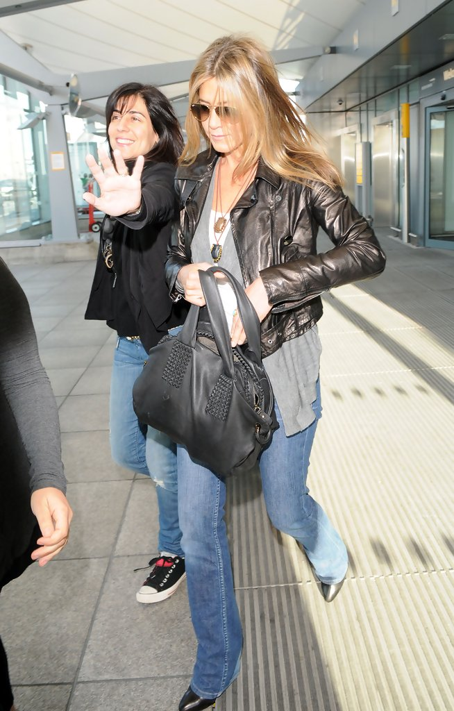 jennifer aniston leather tote jennifer aniston looks