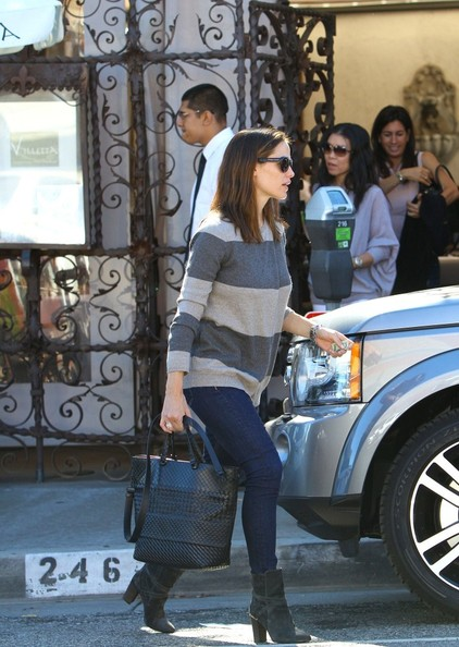 A sleek croc-embellished leather tote added an air of luxury to Jennifer's look.