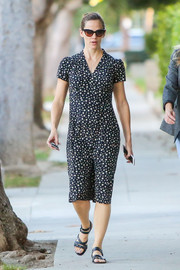 Jennifer Garner sealed off her comfy ensemble with black gladiator sandals.