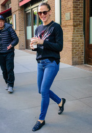 Jennifer Garner teamed her top with blue skinny jeans.