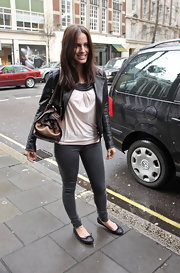 The actress looked cute and stylish in dark gray skinny jeans and a classic pair of black leather ballet flats.