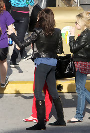 Teri donned comfy chic, black suede, flat boots while walking around Universal Studios. The boots complemented her leather jacket and looked hot with her hip-hugging skinny jeans.
