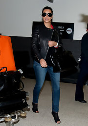 Kim Kardashian streamlined her travel look with a pair of skinny jeans.