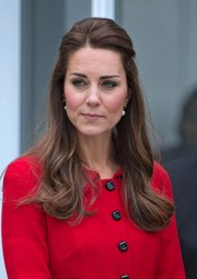 Kate Middleton looked very ladylike wearing her hair in a half-up style with wavy ends while touring the Botanical Gardens in Christchurch.