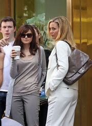 "While shooting a scene from the upcoming movie ""Something Borrowed"", Kate Hudson rocked a taupe colored quilted leather bag."