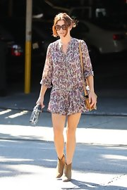 Kate Walsh paired her boho-chic floral frock with taupe suede ankle boots.