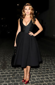Kelly Brook added a pop of color with berry satin peep-toe pumps.