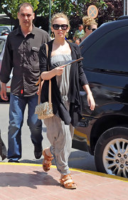 Even while traveling Kylie always stays stylish. She paired her casual look with a metallic shoulder bag.