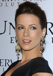 Kate Beckinsale wore gold dangle earrings complete with sparkling gemstones to the premiere of 'Underworld: Evolution.'
