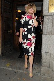 Anna Wintour looked darling in a hot-off-the-runway Carolina Herrrera floral dress during London Fashion Week.