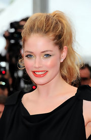 Doutzen was right on trend for the spring season with saturated bright coral lips. Paired with a touch of shimmering canary shadow, Kroes look captivated the crowd.