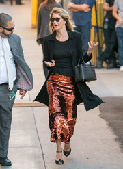 Laura Dern completed her ensemble with a black leather purse.